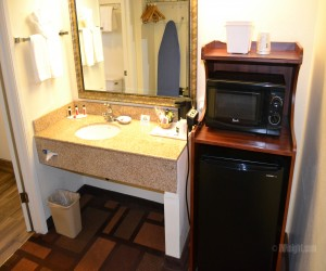 Days Inn & Suites Lodi - Full Bathroom with Granite Vanity